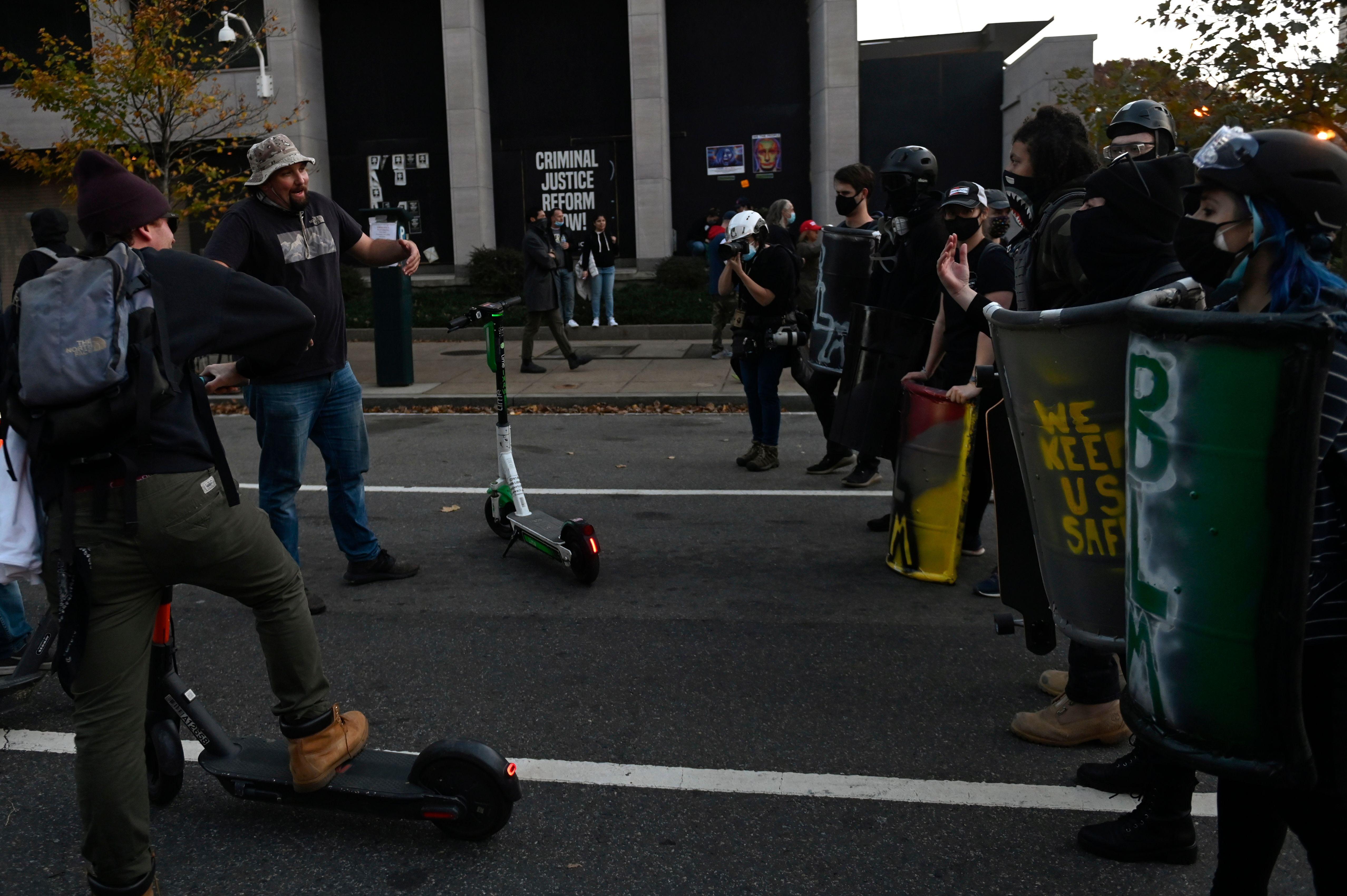 Des contre-manifestants (R) affrontent les partisans du président américain Donald Trump alors qu'ils se rassemblent à Washington, DC