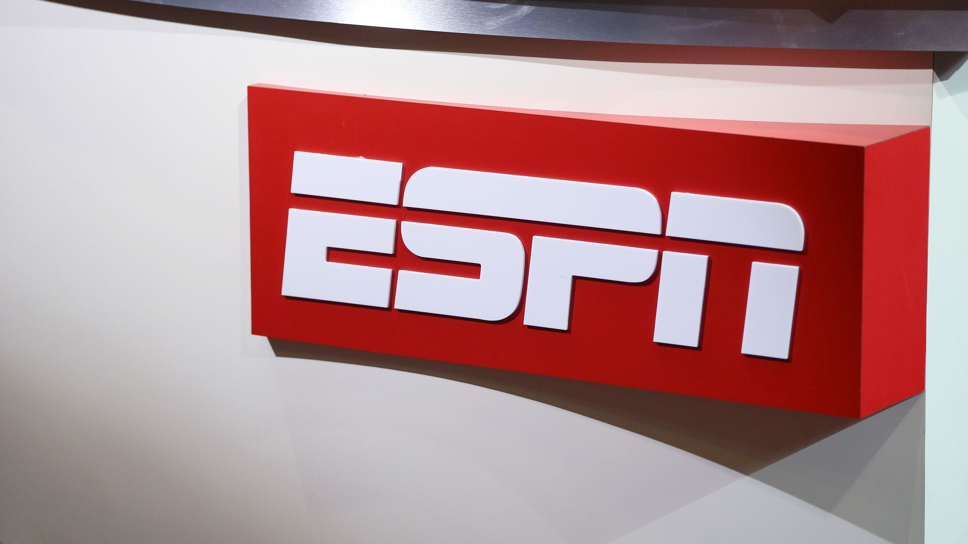 espn will not air the national anthem before monday night football