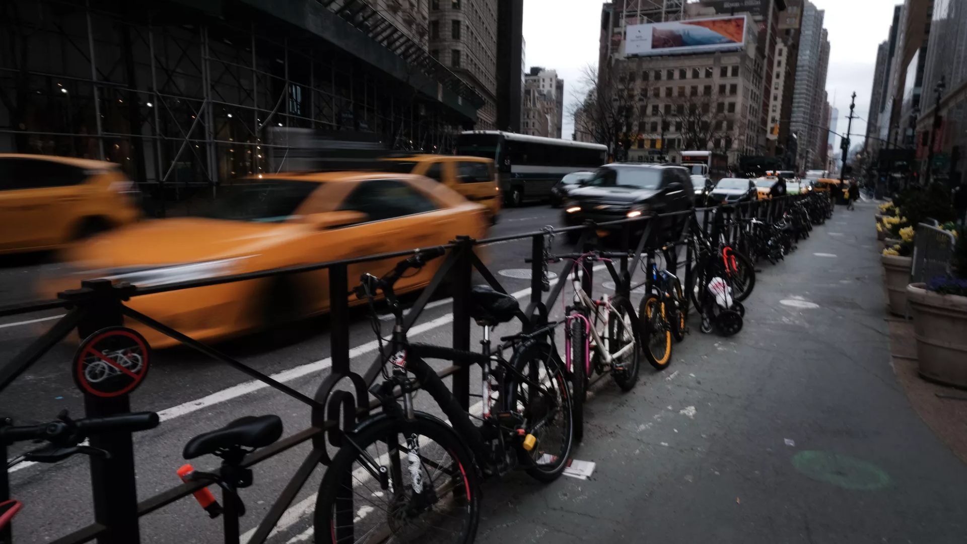 Morning commute on a busy Manhattan street. Photo: Spencer Platt/Getty Images.