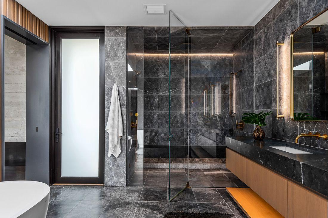 2610 East Cedar Ave bath