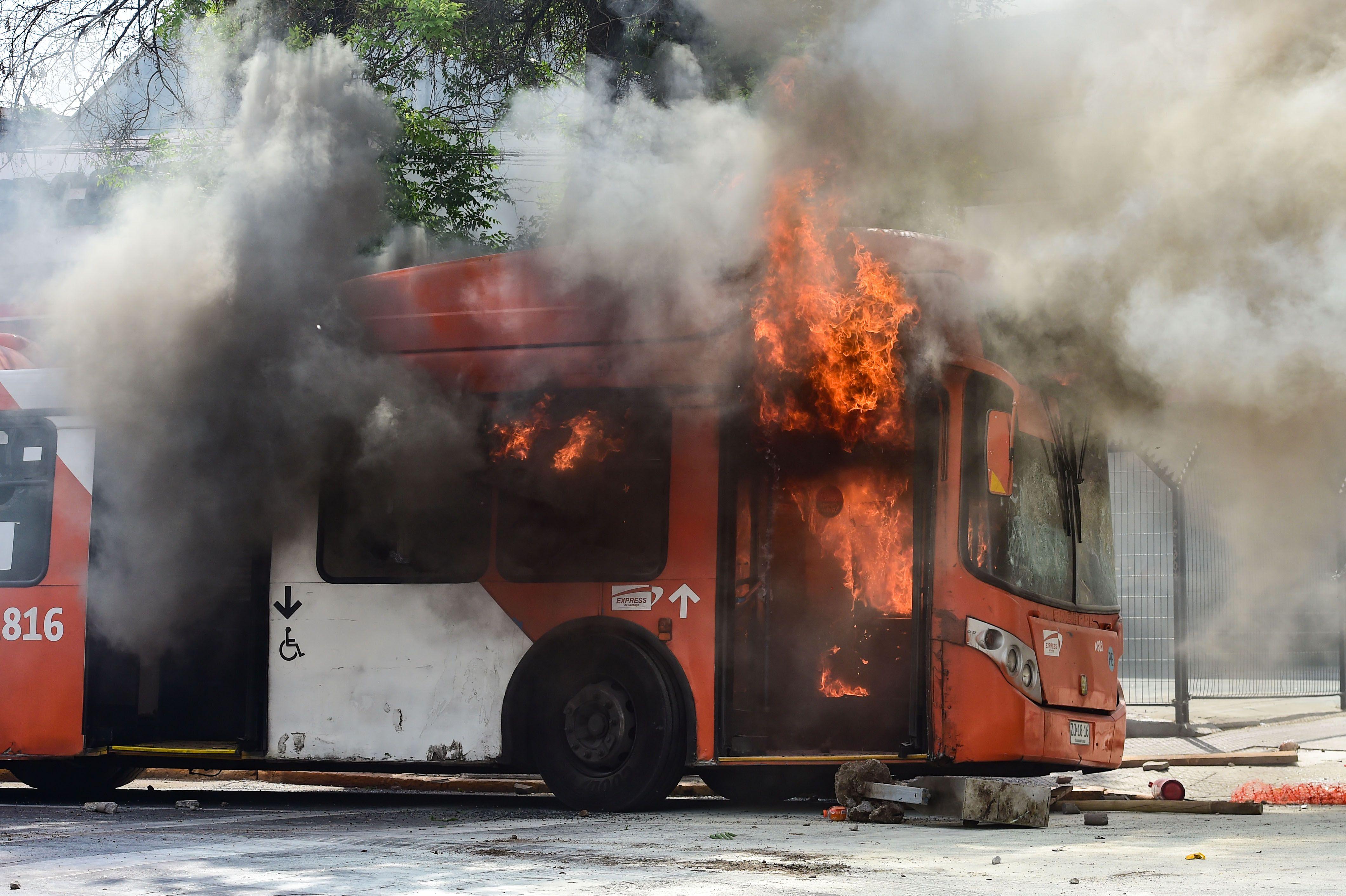 El caos se apodera de la región: Chile con saqueos, violencia extrema y toque de queda por un aumento en el subte