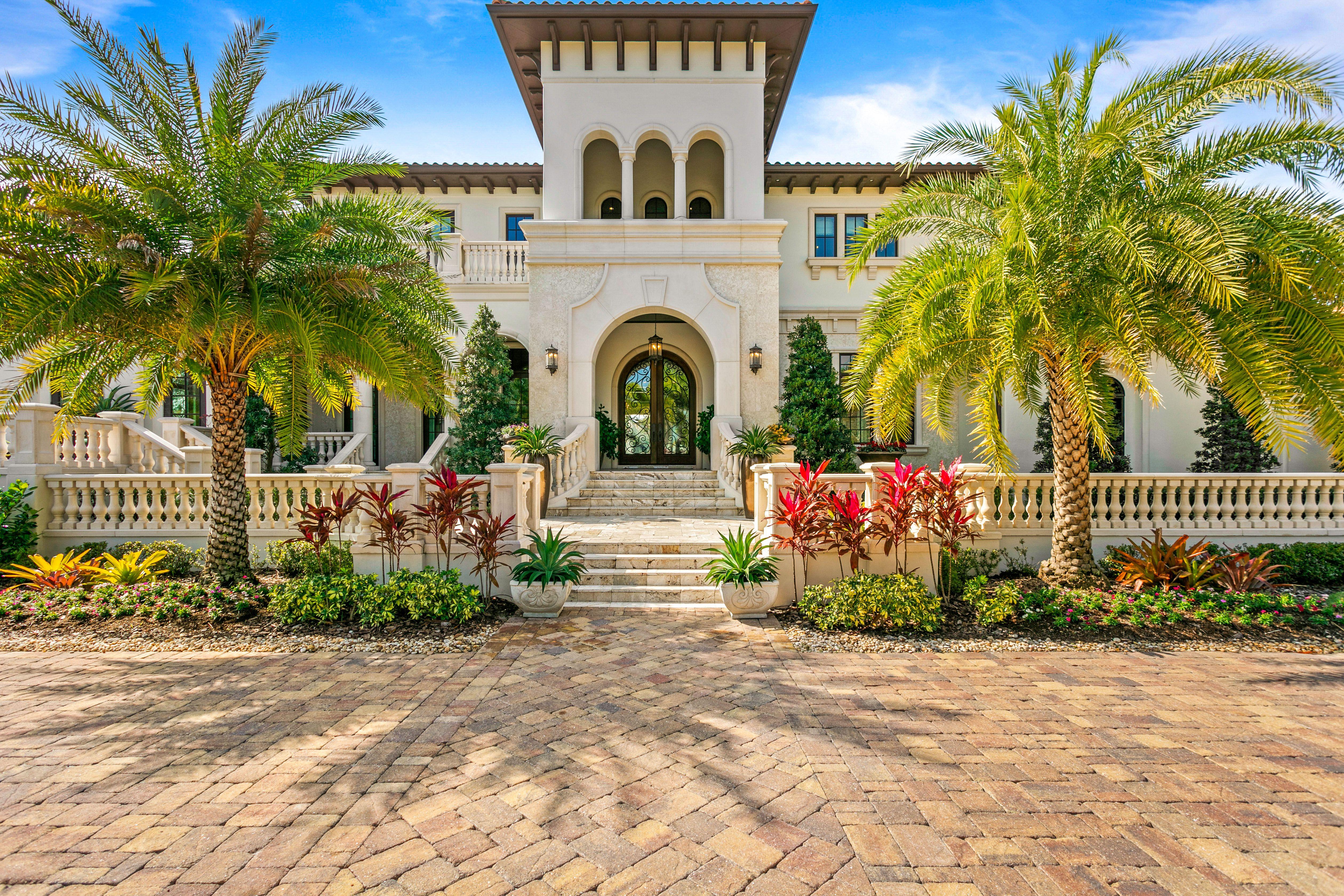 2621 N. Dundee St. palm tree entrance