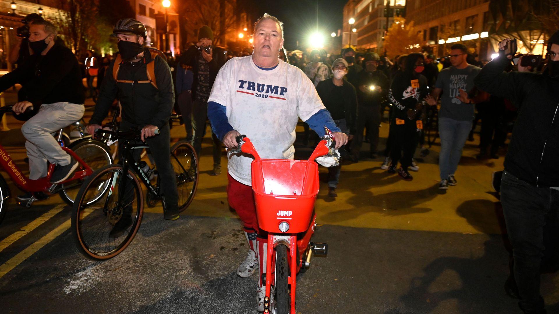 Un partisan du président américain Donald Trump quitte Black Lives Matter Plaza après une bagarre avec des contre-manifestants après le rassemblement de partisans pro-Trump à Washington, DC