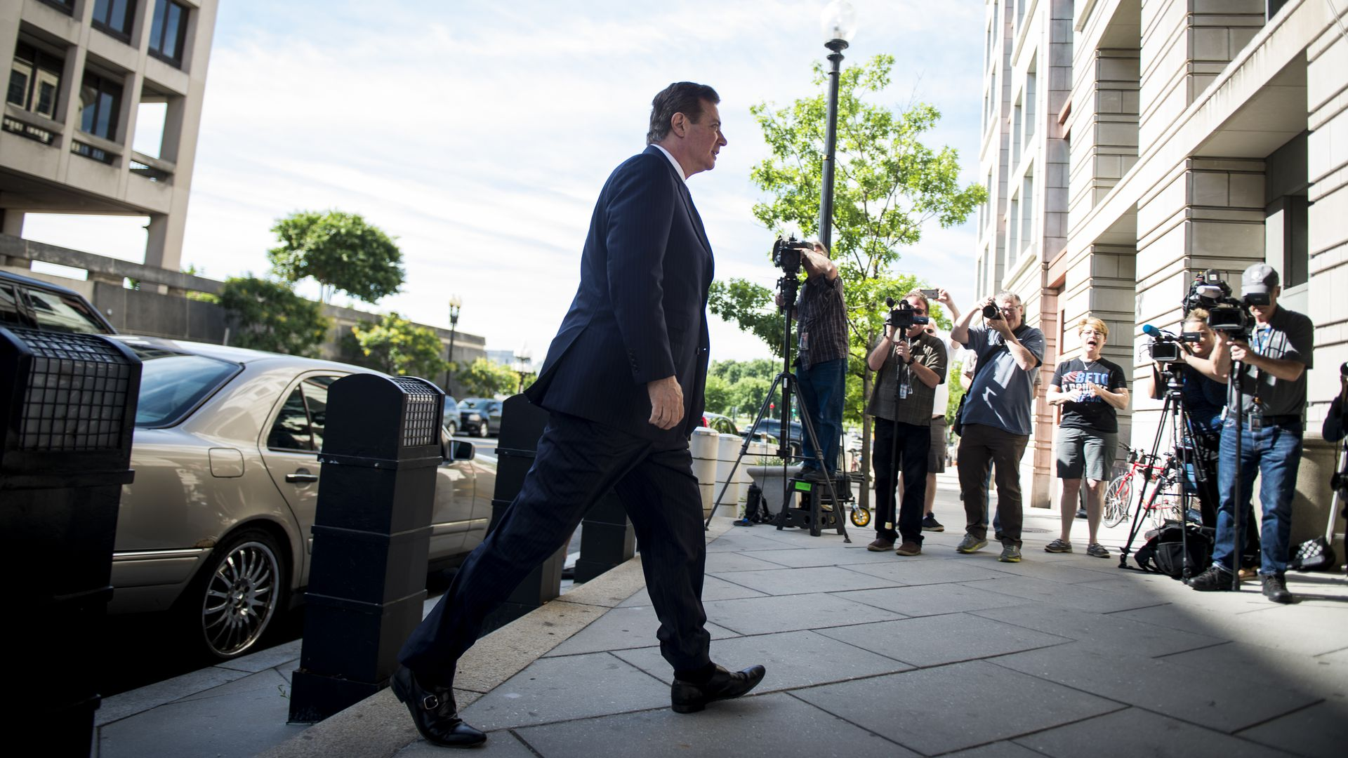 Paul Manafort walking into a court house