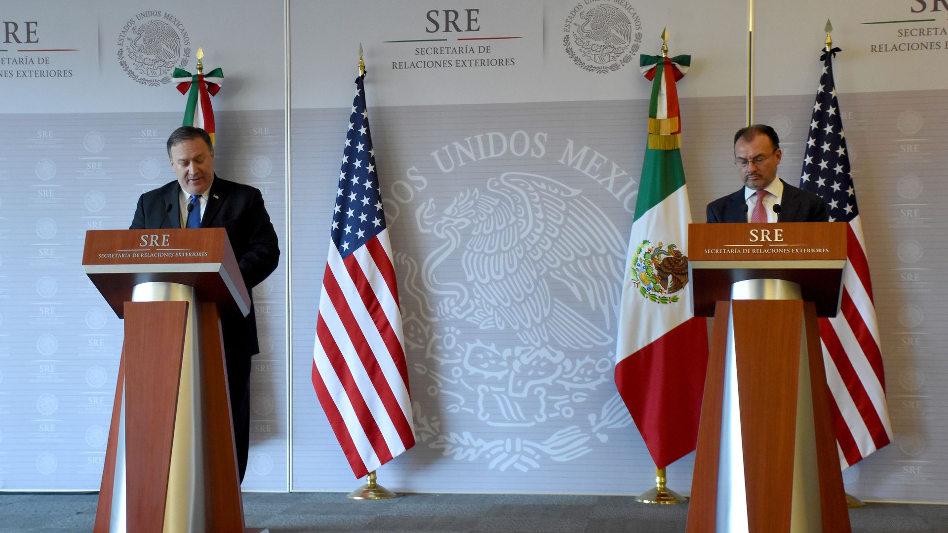 Pompeo and Pena Nieto behind two podiums with Mexican and American flags