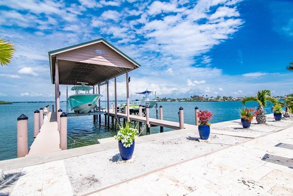 941 Bay Esplanade dock and boat lifts