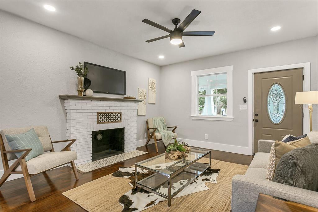 967 Melrose Ave. S. living room