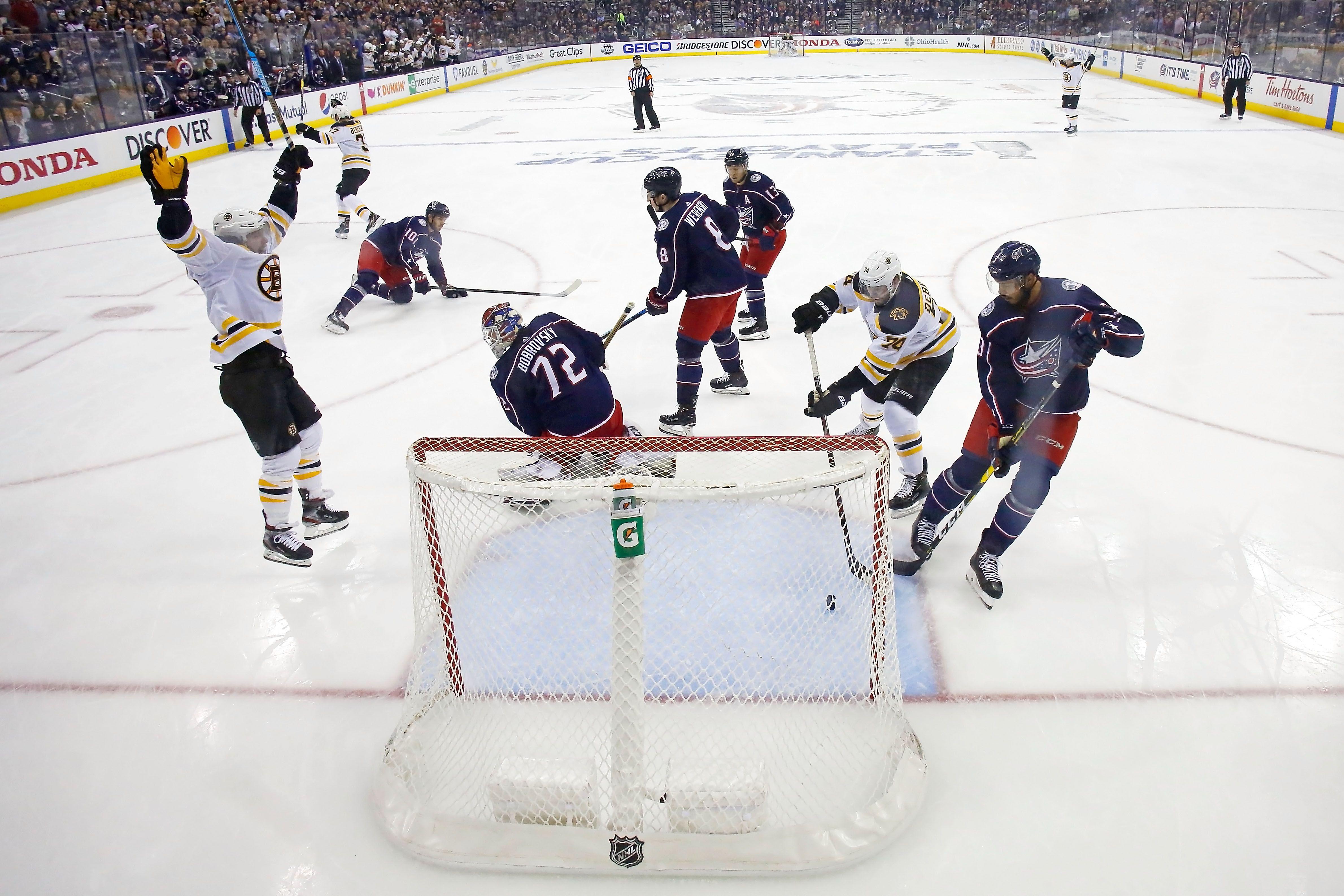 Bruins scoring a goal