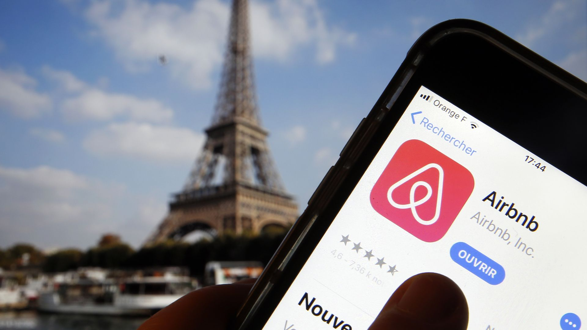 Airbnb app in front of the Eiffel tower