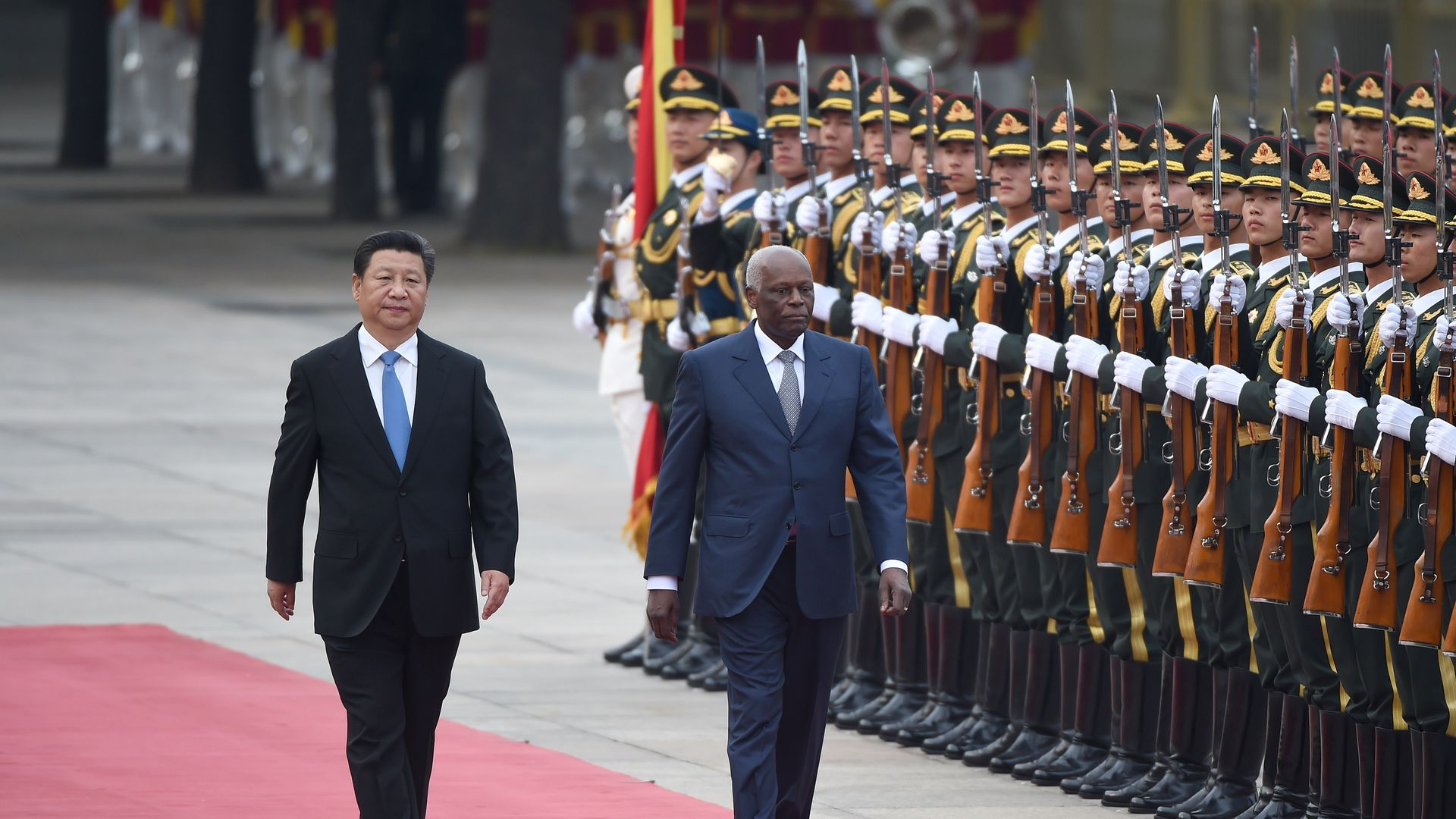 The two leaders walk by Chinese soldiers