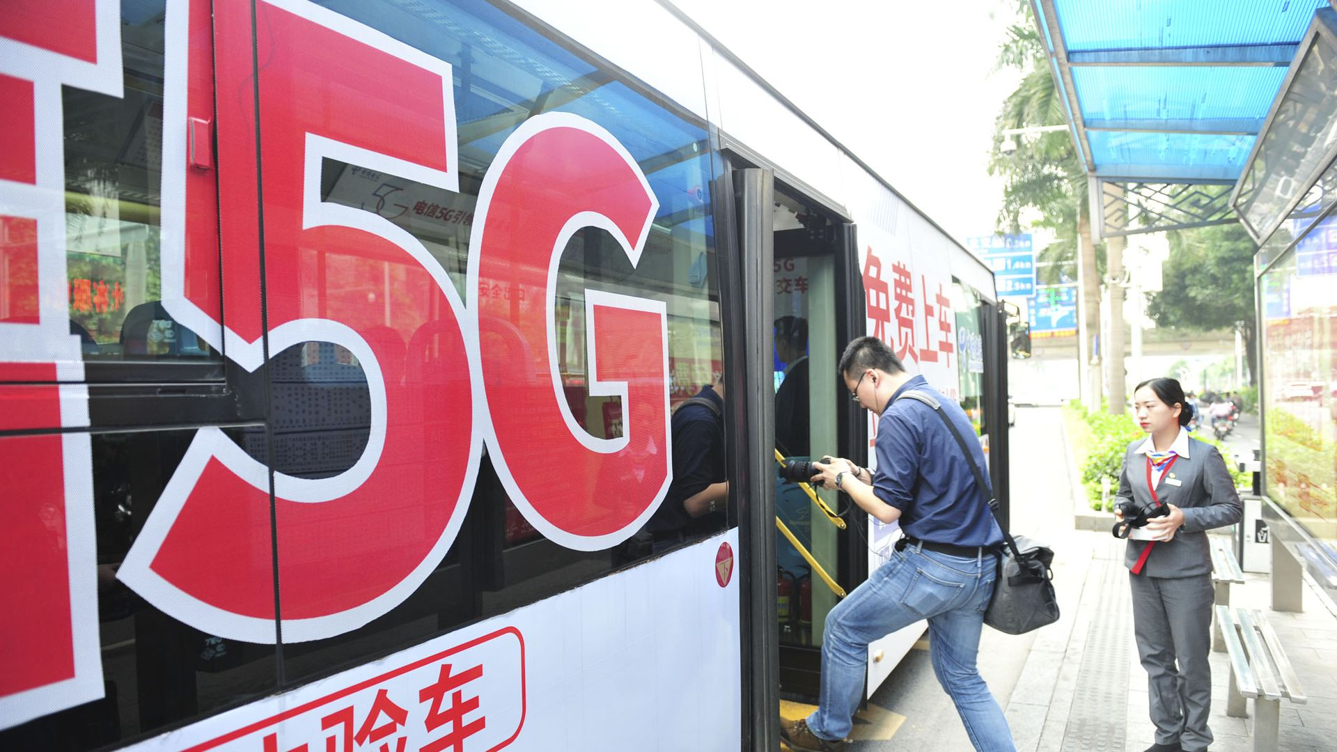 Man boards 5G equipped bus in Nanning, China