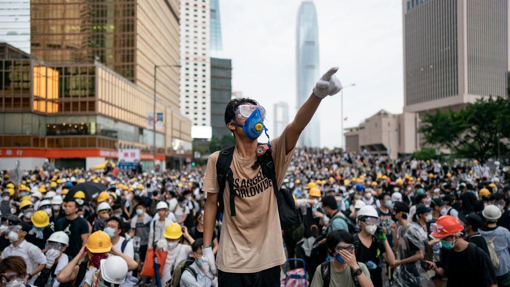 #standwithhongkong, Hong Kong Protests, protester in crowd