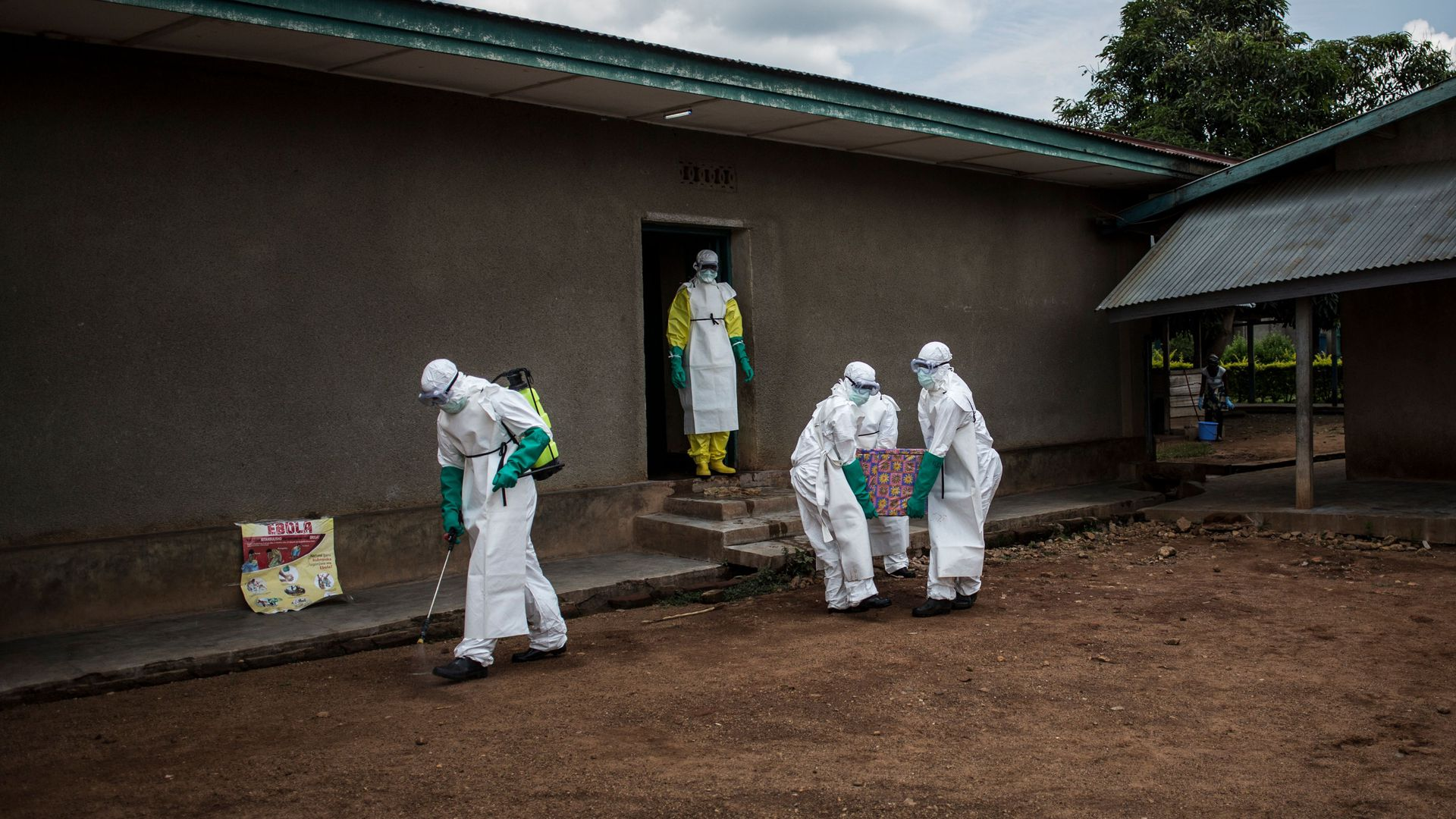 Health workers carry out the body of a patient with unconfirmed Ebola virus on August 22, 2018 in Mangina, near Beni, in the North Kivu province.