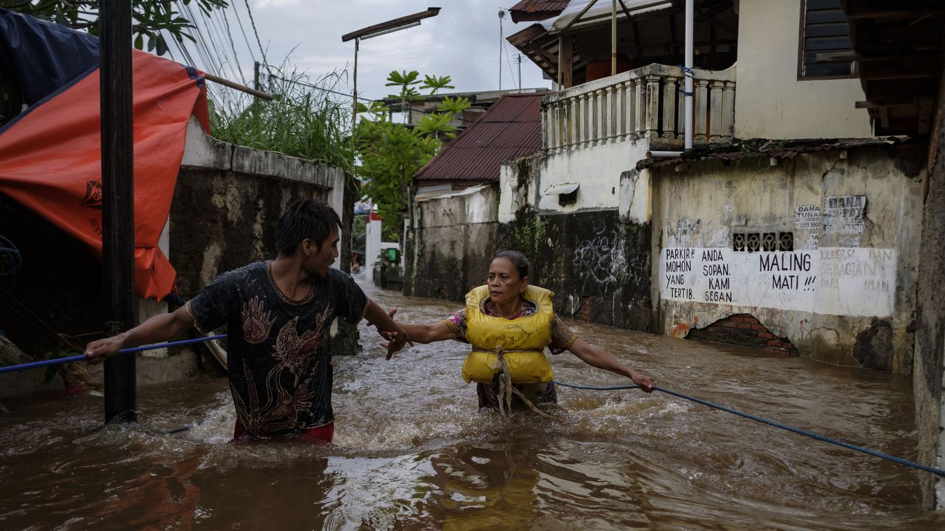 Severe monsoon floods hit Indonesian capital, force 1,300 to evacuate thumbnail