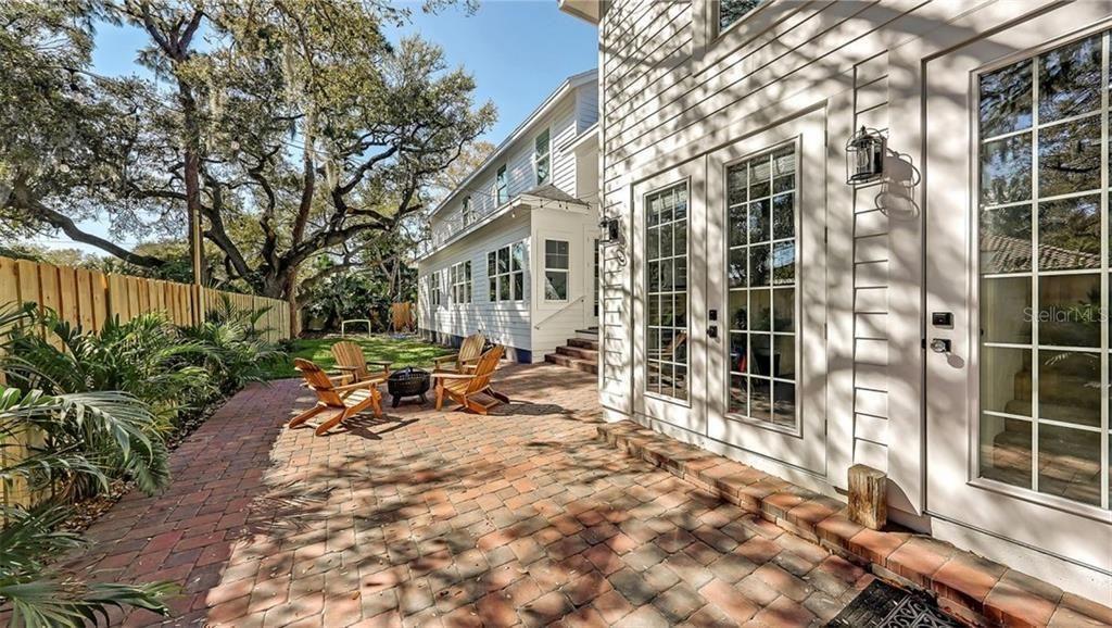1802 Magnolia St. outdoor living area
