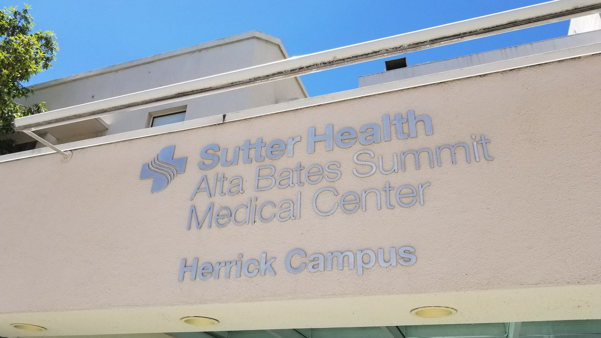 A sign showing the Sutter Health Alta Bates Summit Medical Center.