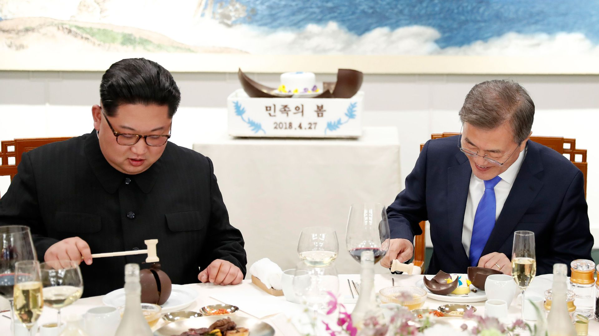 Moon and Kim eat together at the Korea summit