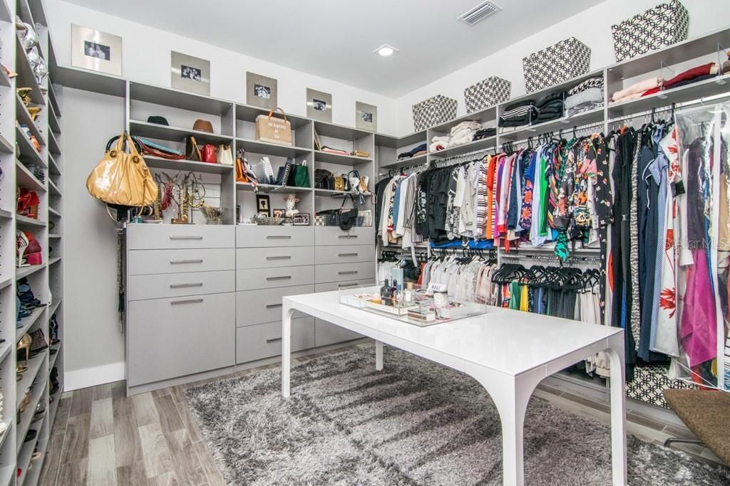 2911 W Fair Oaks Ave, closet