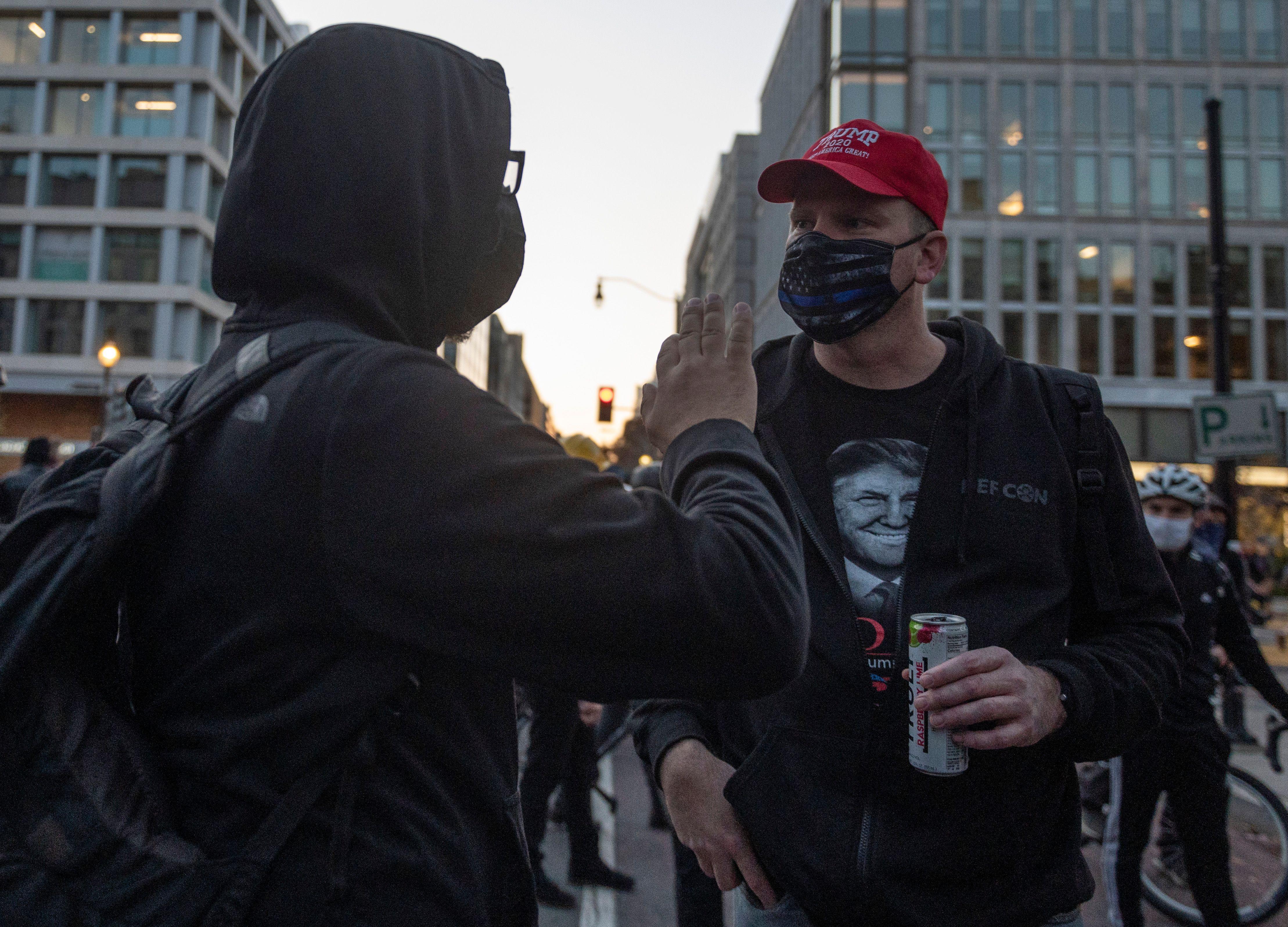 Un partisan pro-Trump se dispute avec un manifestant anti-Trump à Black Lives Matter Plaza à Washington, DC