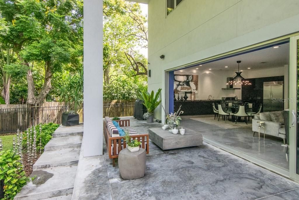 2911 W Fair Oaks Ave, outdoor living room