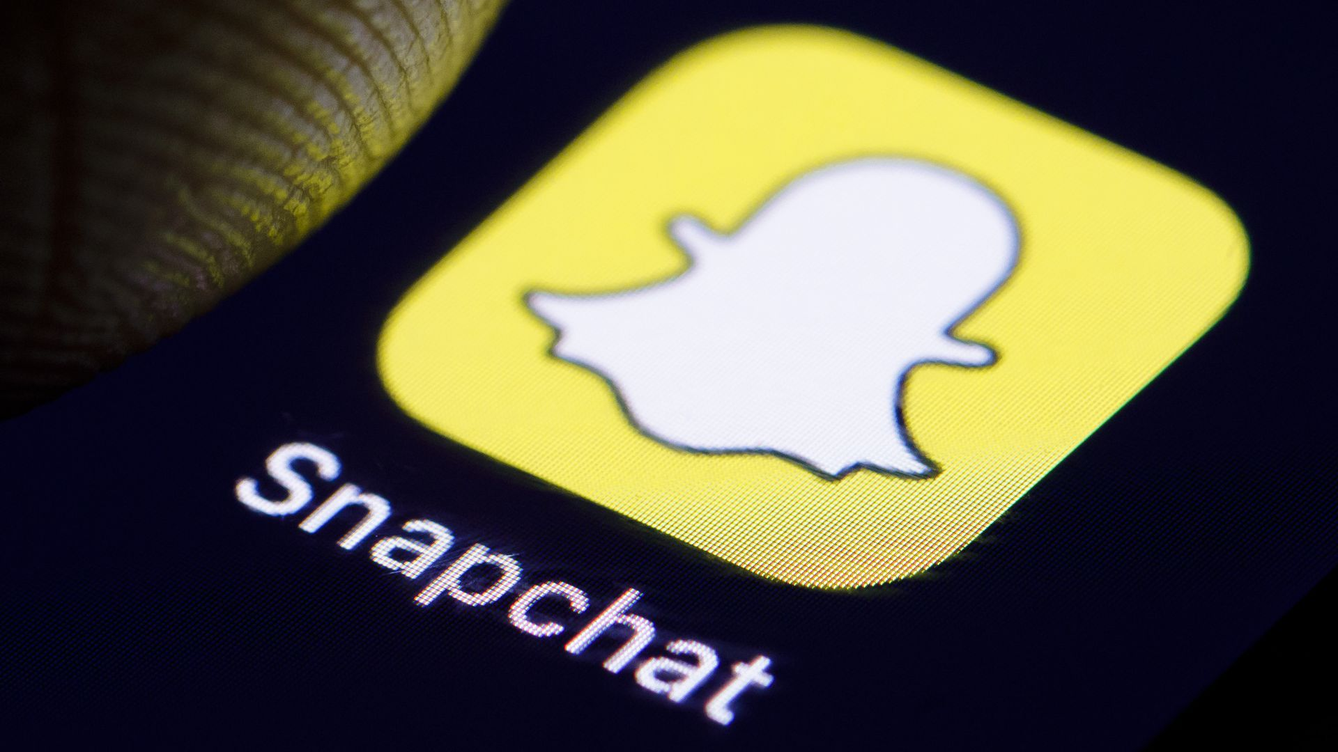 Snap beats revenue expectations, user base continues to shrink