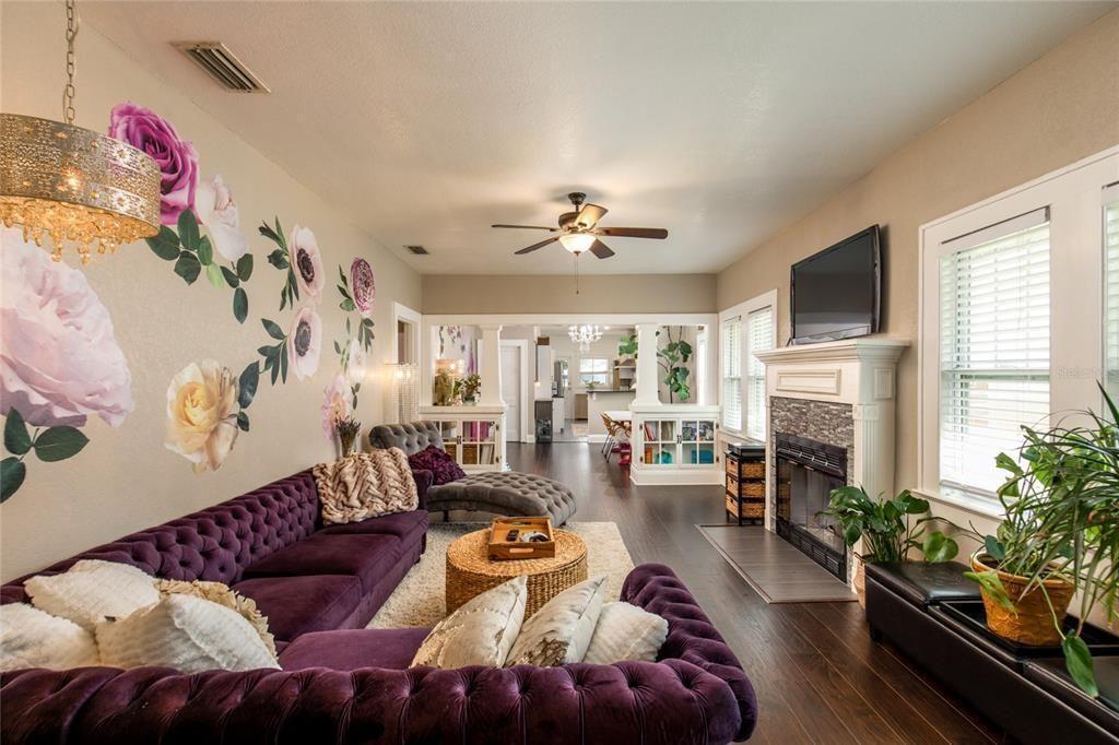 207 W Chelsea St.  living room
