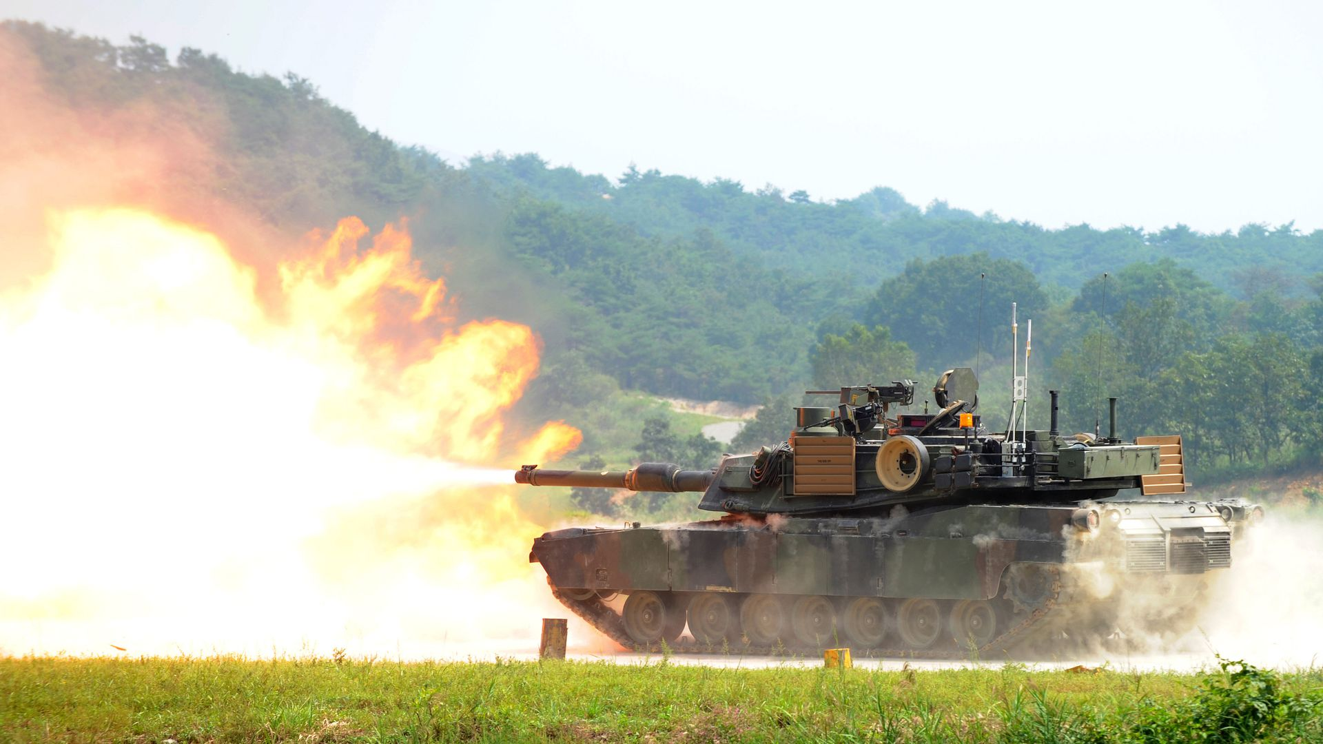 A US M1A2 SEP Abrams battle tank fires live rounds at the US Army's Rodriguez Live Firing Range in Pocheon,about 15 km south of the demilitarized zone separating the two Koreas, on September 1, 2011.