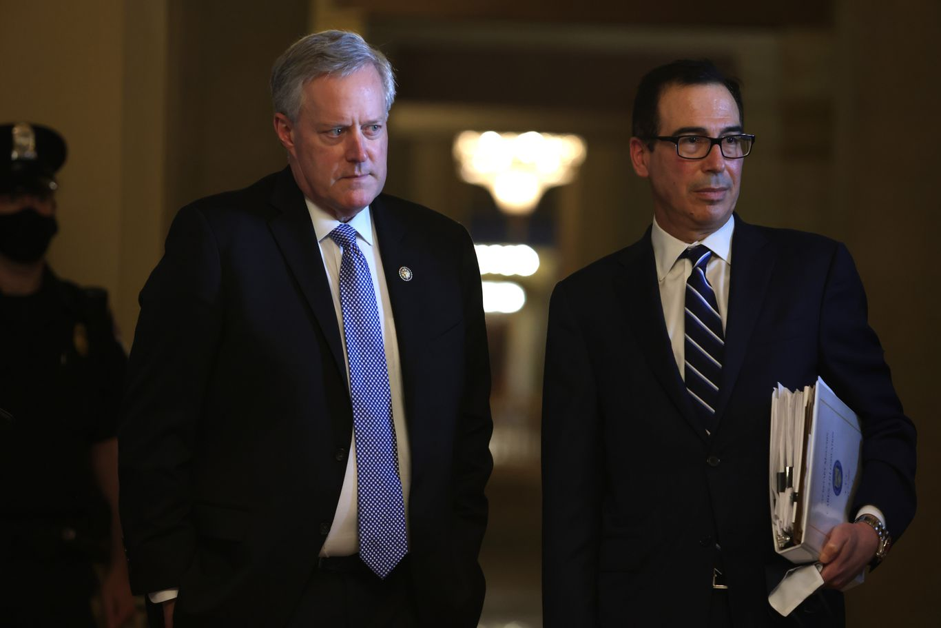 "White House, Democrats remain ""trillions of dollars apart"" on stimulus talks thumbnail"