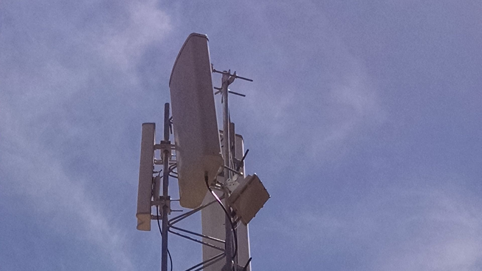 An antenna setup for delivering Internet service to rural areas using TV white spaces.