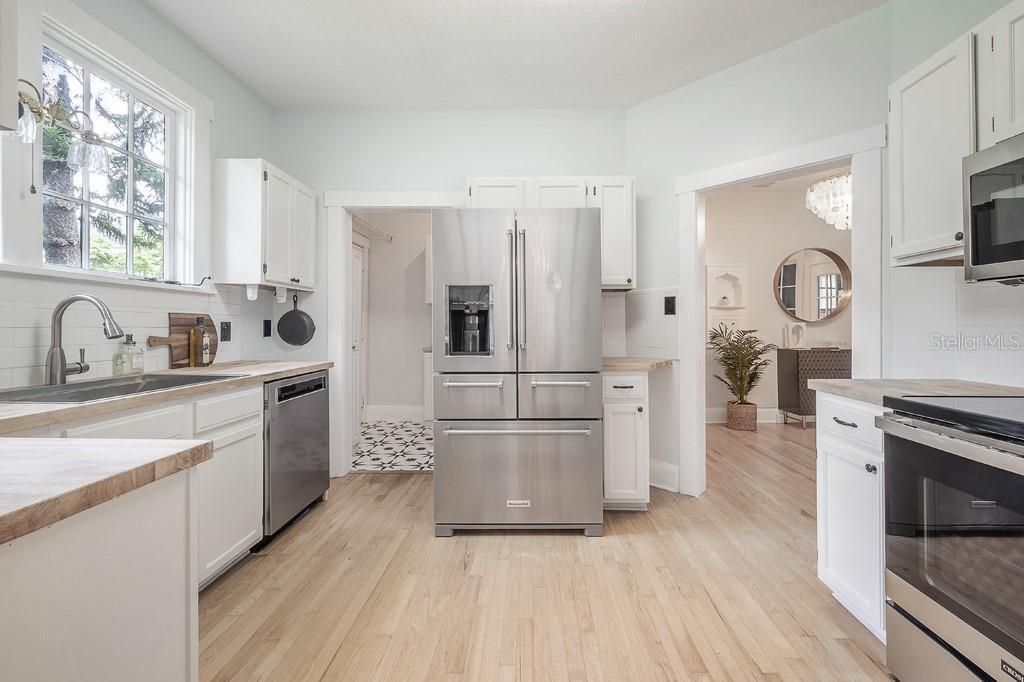 804 E Hollywood St. kitchen