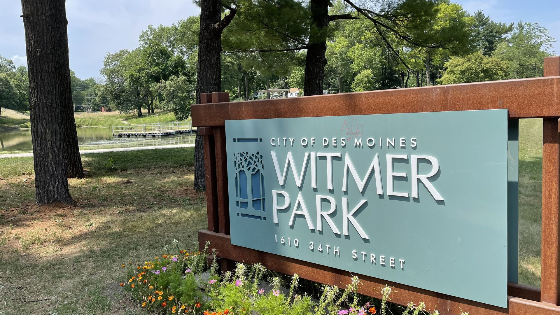 """A sign that reads """"City of Des Moines Witmer Park"""""""
