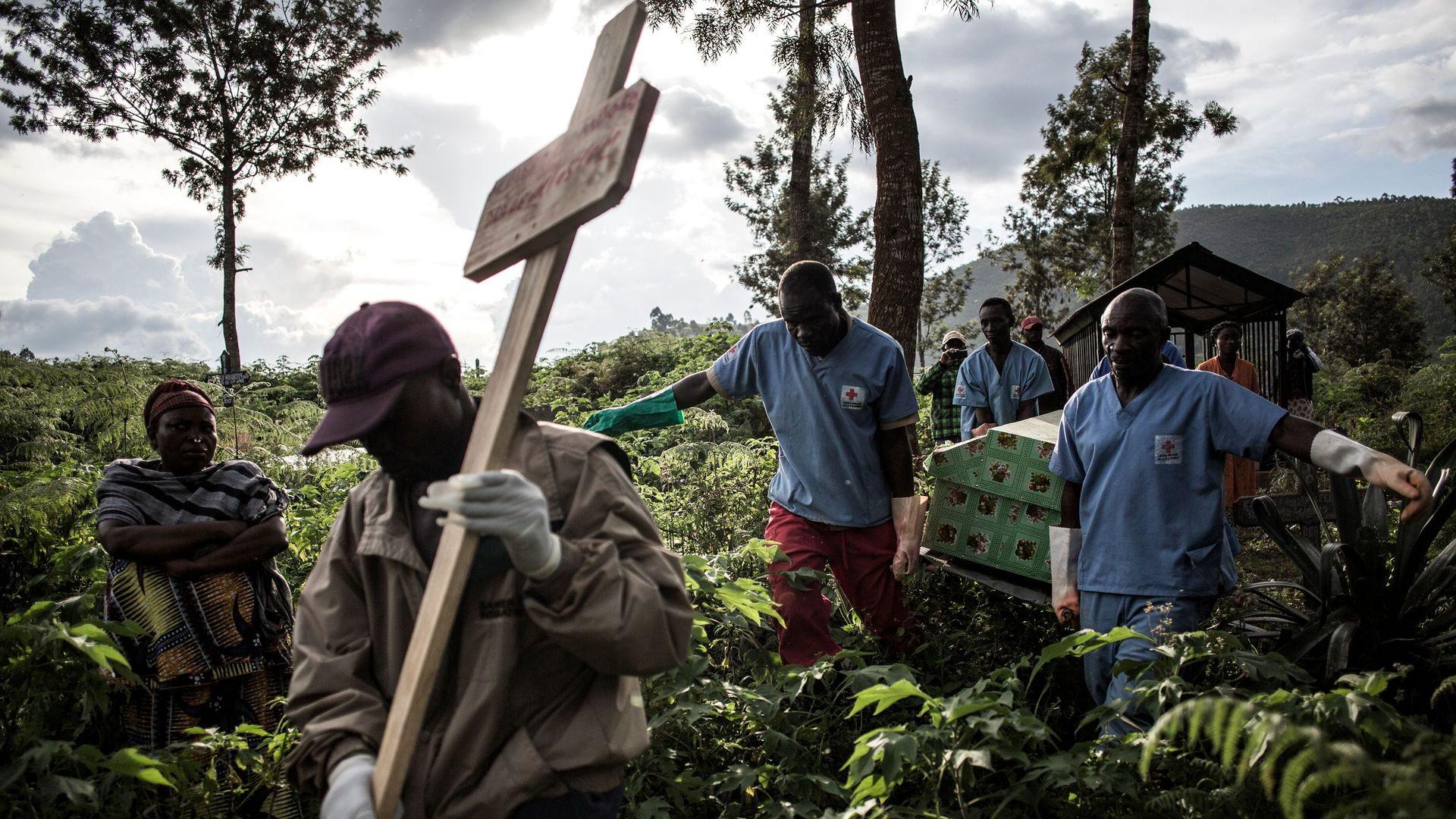 Photo of Congolese carrying an Ebola victim in a coffin
