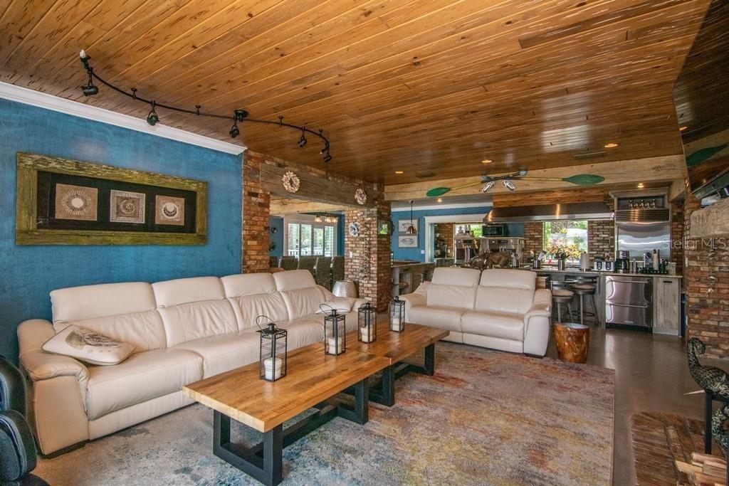 941 Bay Esplanade living room