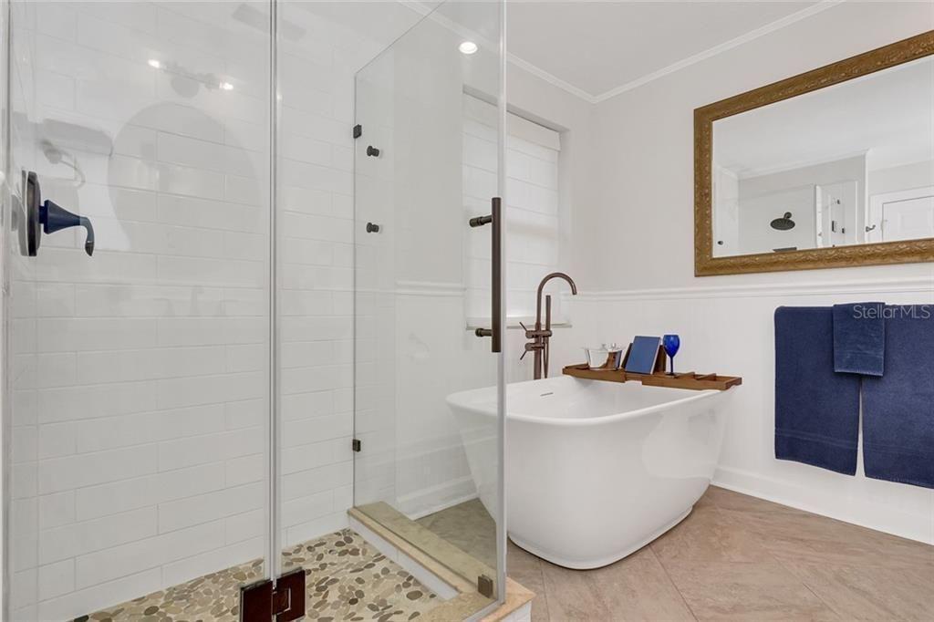 2915 W. San Rafael St. bath
