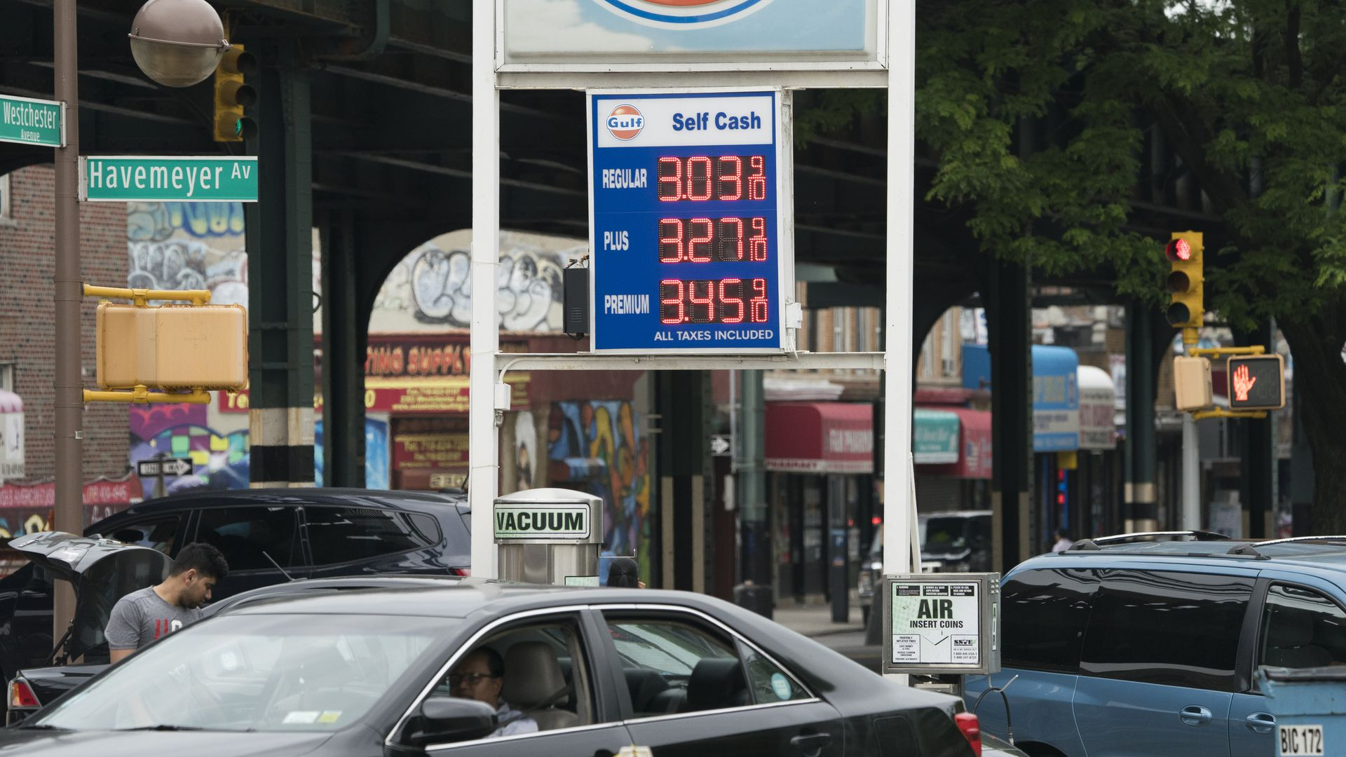 Customers pull their cars into a gas station in the Bronx, where gas prices have been raised to over $ 3.00 per gallon, June 1, 2018 in New York.