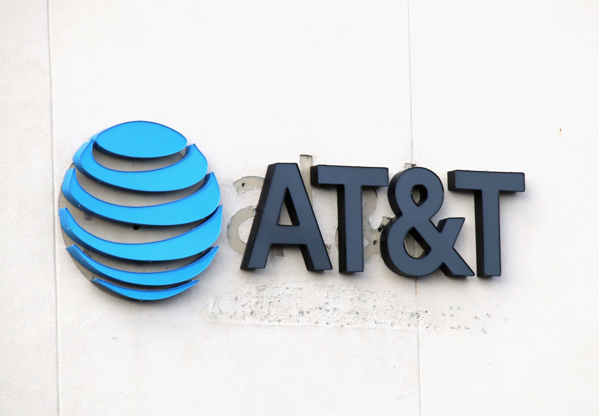 Union: AT&T plans thousands of job cuts, 250 store closings thumbnail