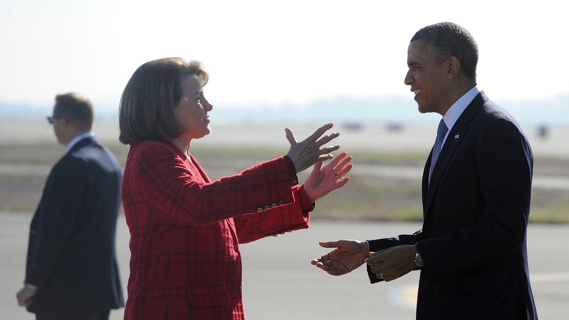 Dianne Feinstein moves to embrace Barack Obama on a tarmac