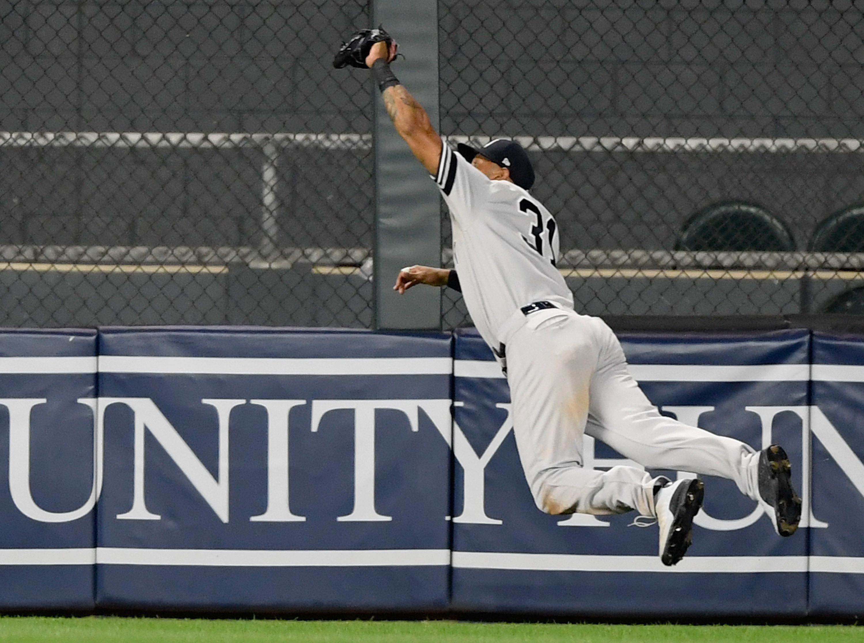 Aaron Hicks makes a diving catch