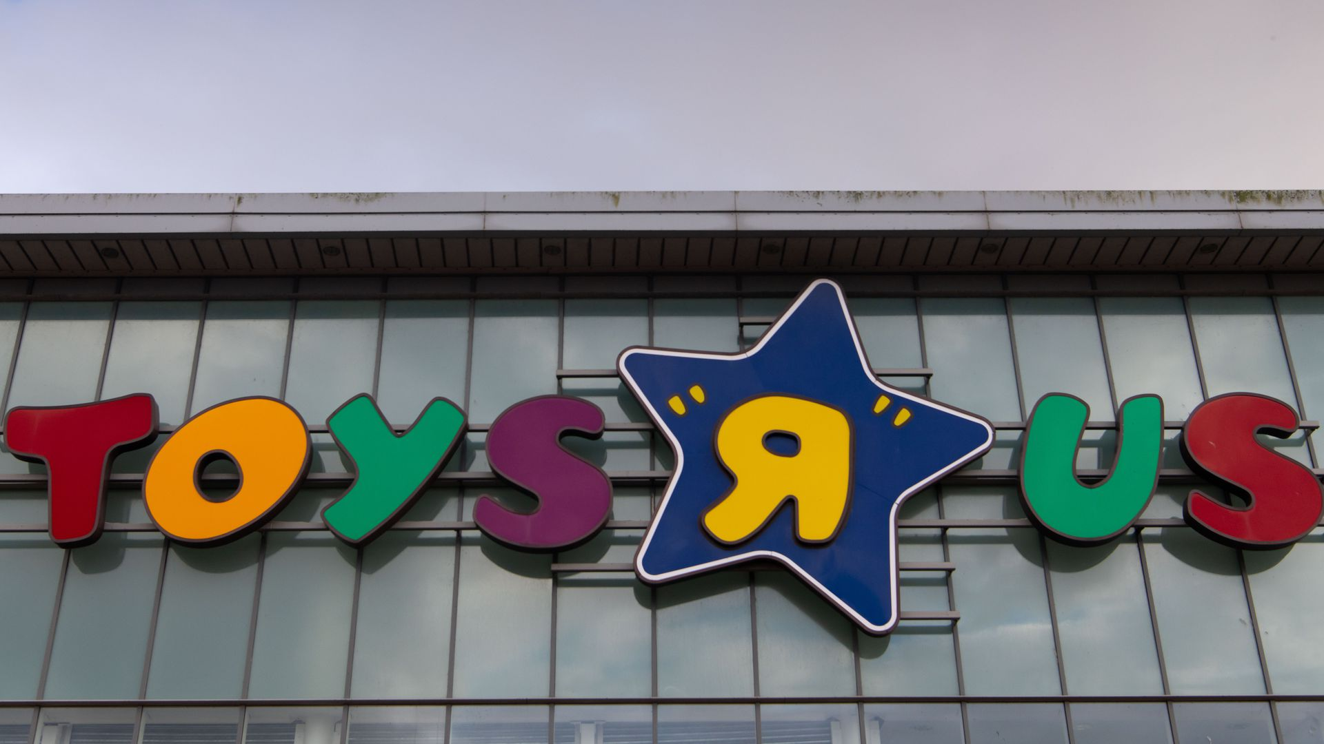 Toys R Us Workers Ratchet Up The Payment Pressure Axios