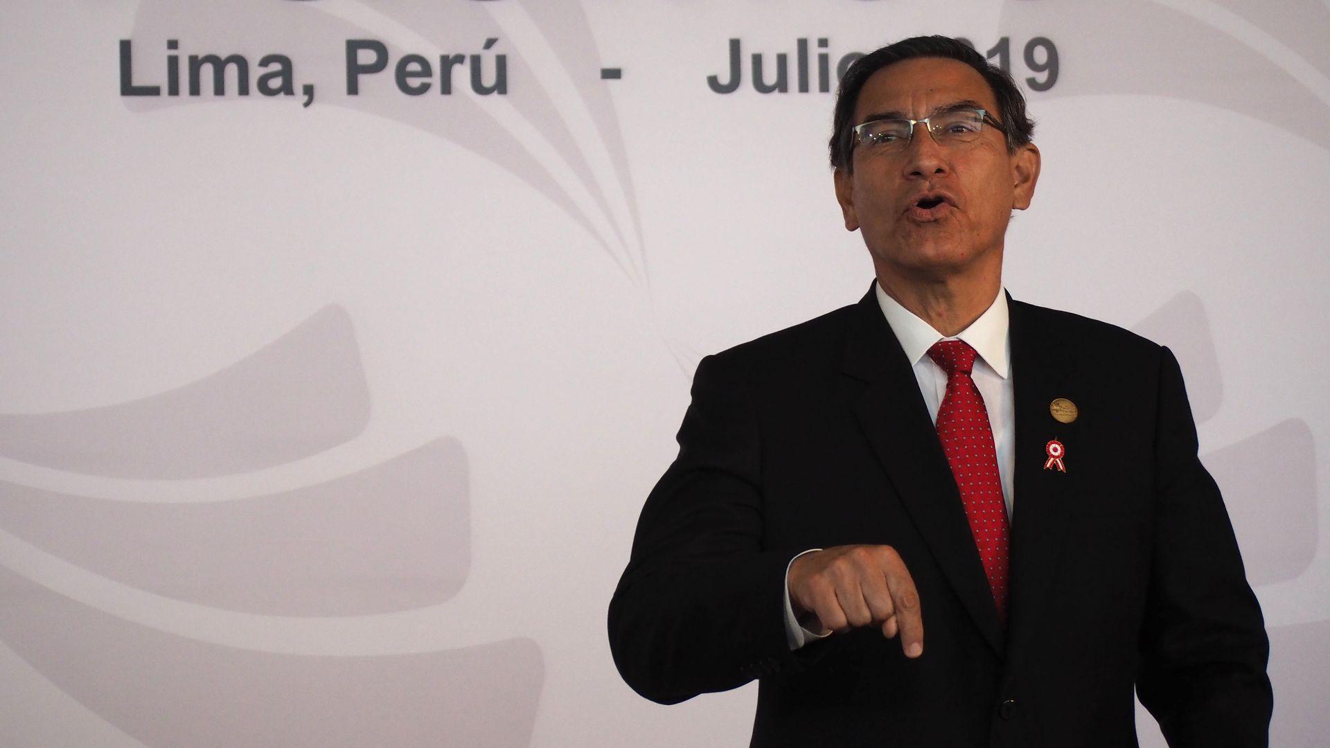 Martín Vizcarra speaking on stage