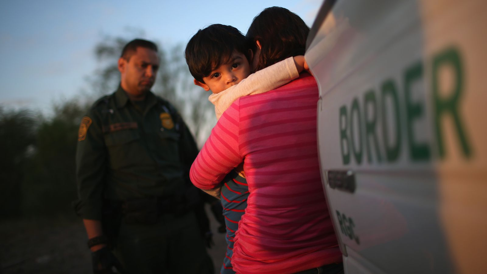immigration agents take child from mom - HD1600×900