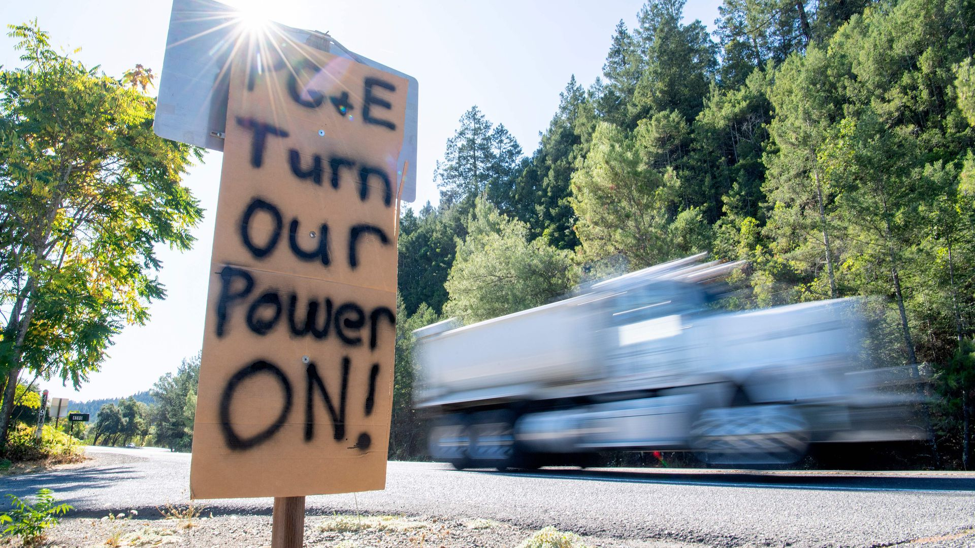 A sign calling PG&E to turn the power back on.