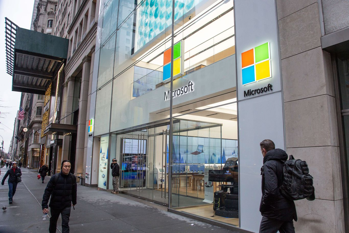 Microsoft to close all but 4 retail stores thumbnail