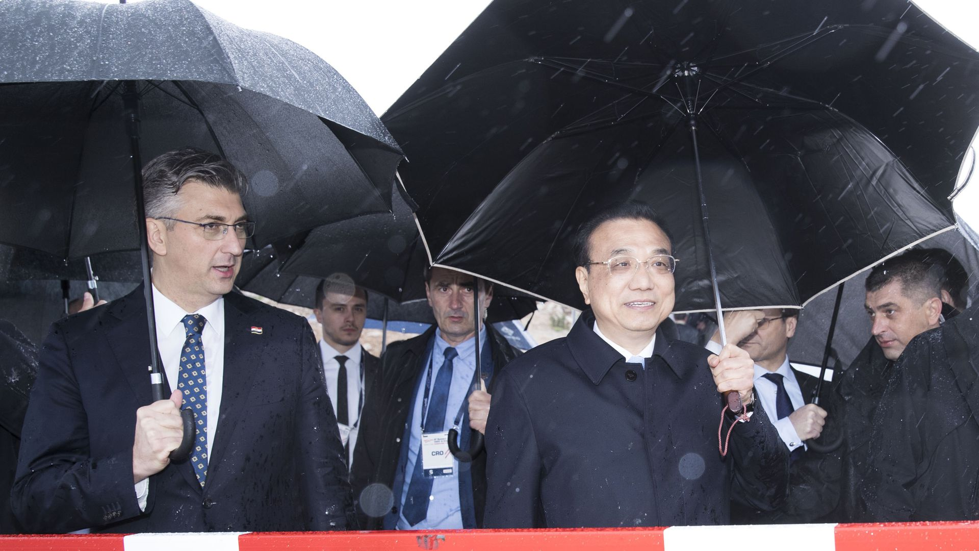 Chinese Premier Li Keqiang and Croatia'd Andrej Plenkovic on a bridge in the rain