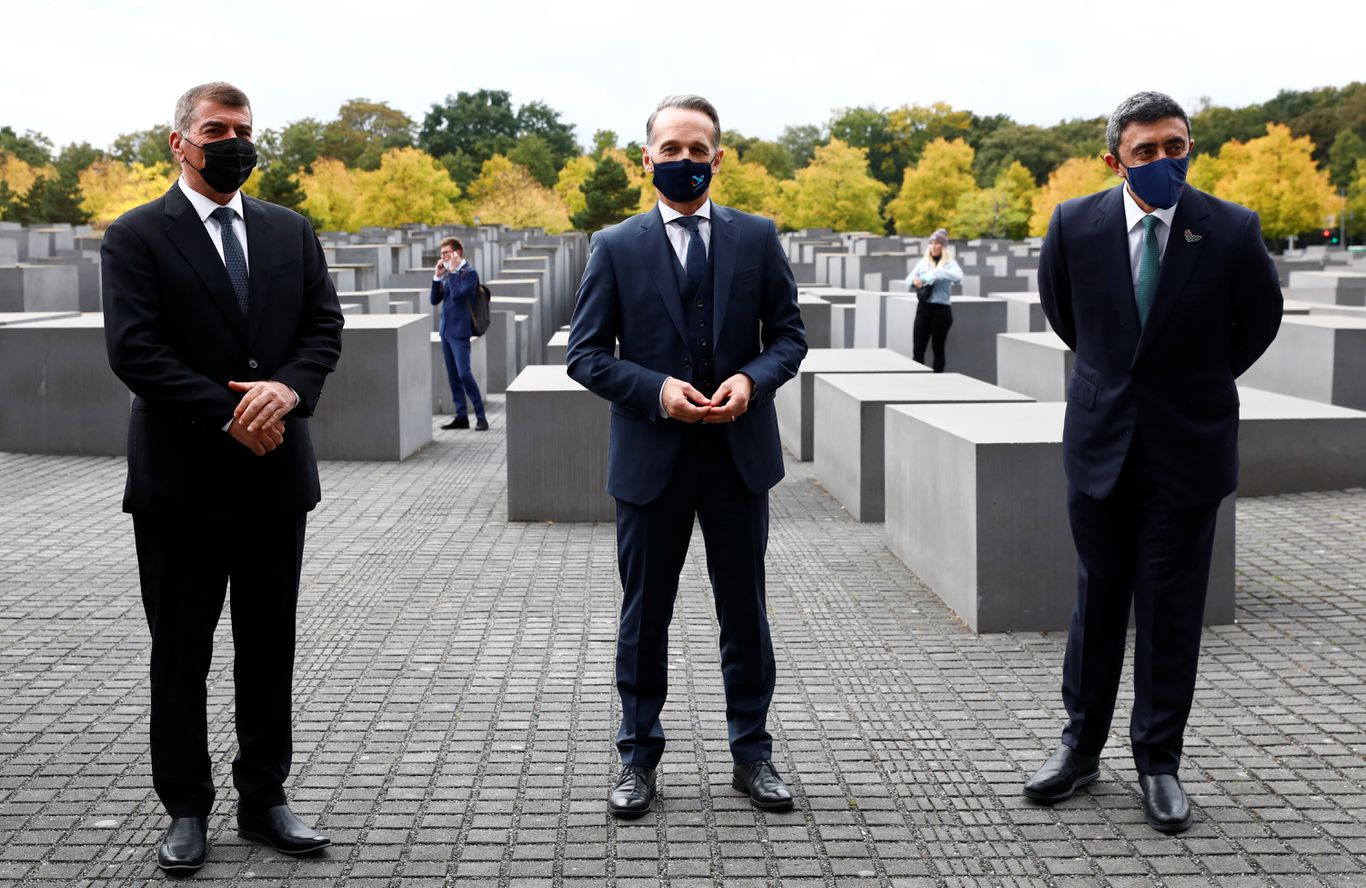 UAE foreign minister visits Holocaust memorial with Israeli counterpart thumbnail