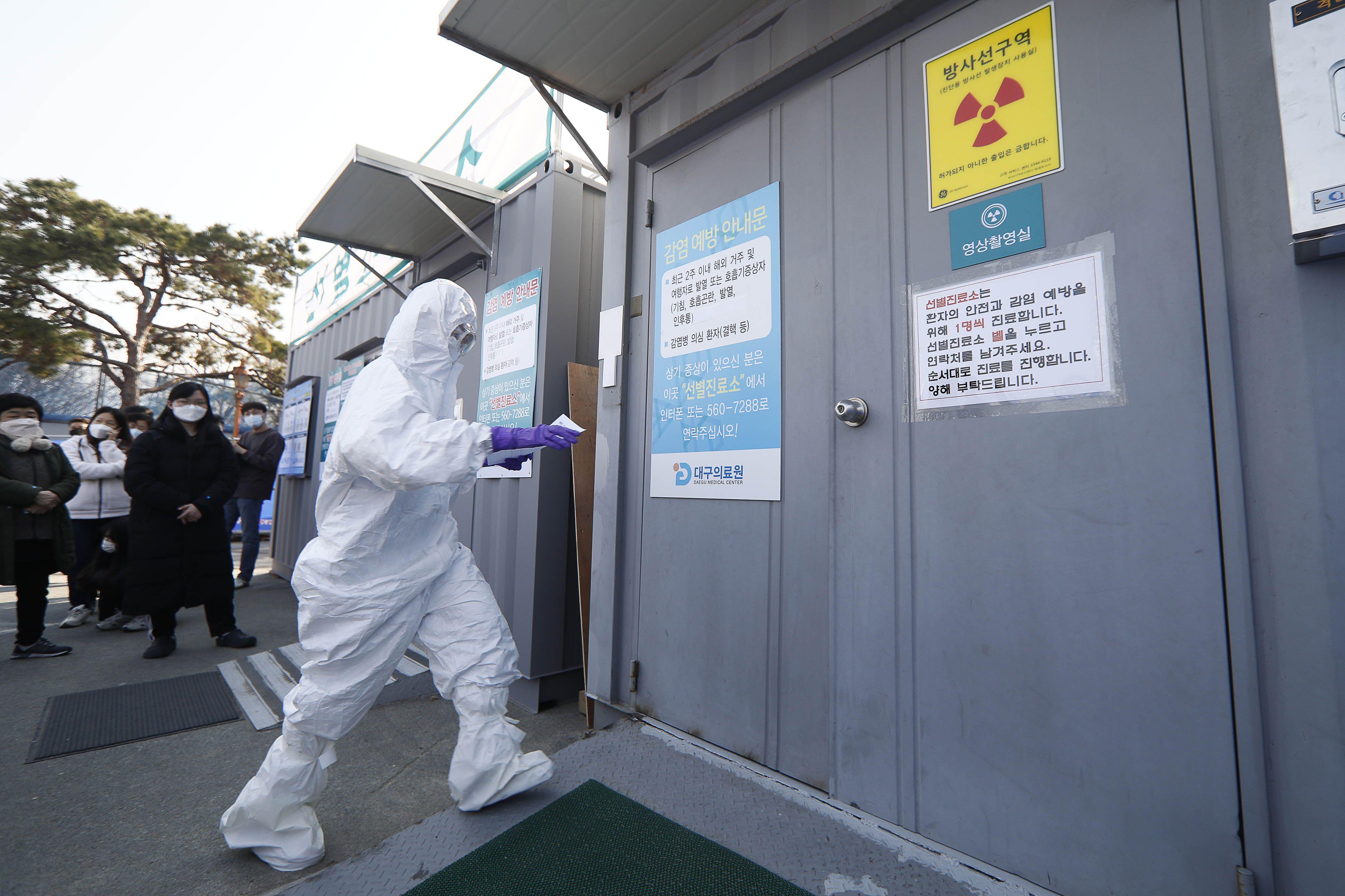 South Korea on red alert as coronavirus cases soar past 600 - Axios