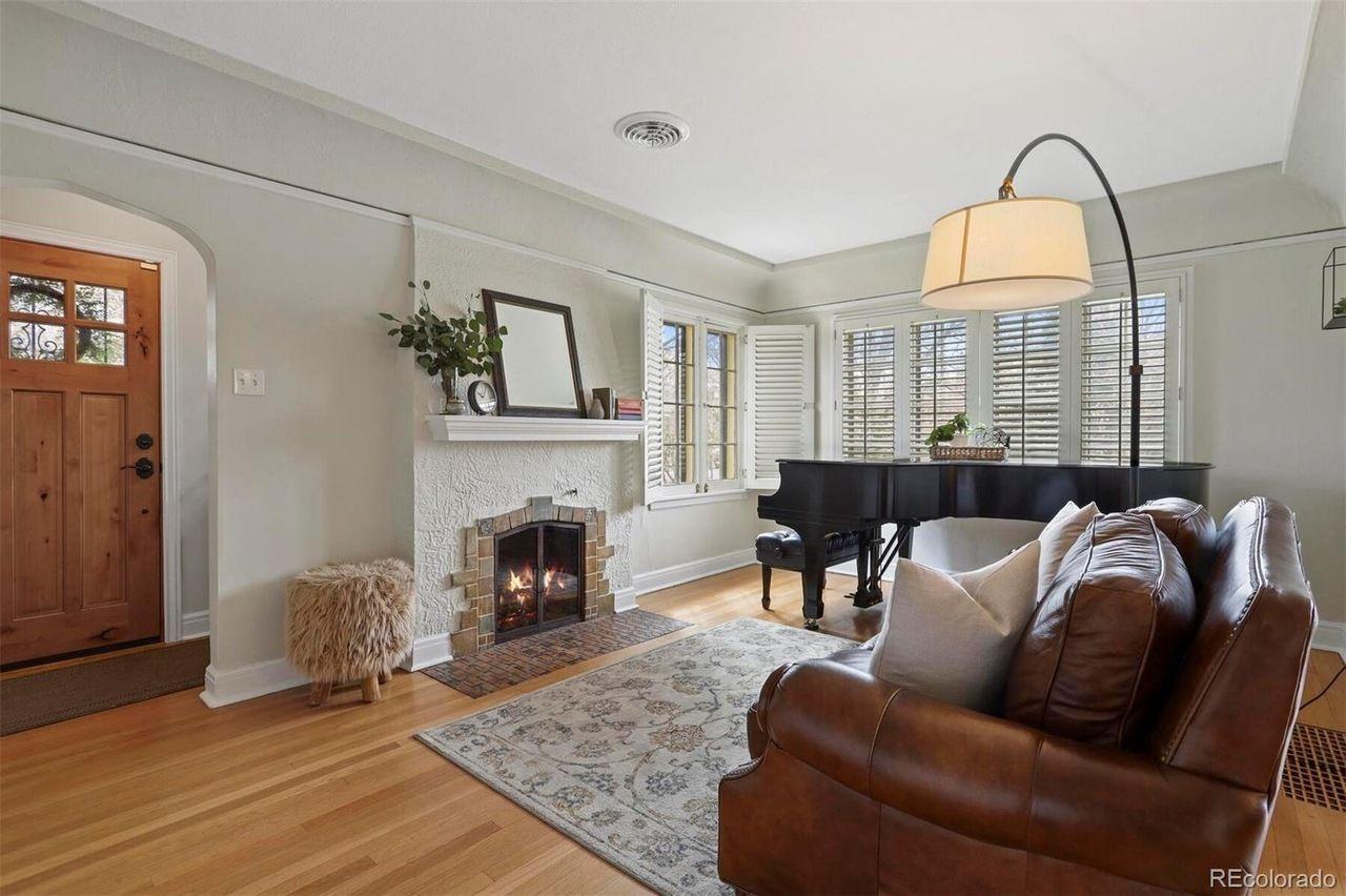 1401 Dahlia St. living room